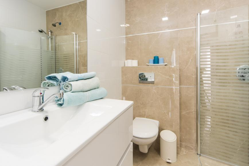 luxury short-term 3 BR apartment near the marina - bathroom