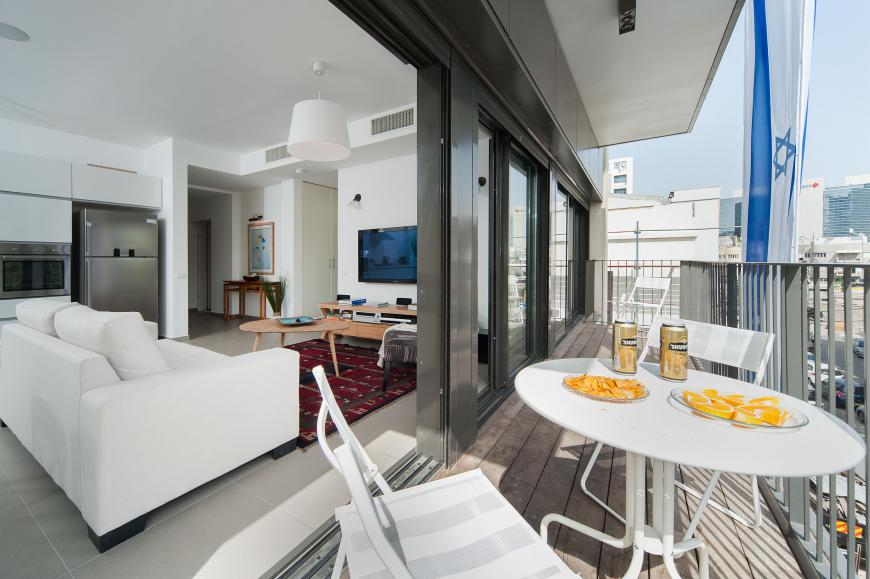 Luxury Tel Aviv short term rental apartment near Rothschild - porch